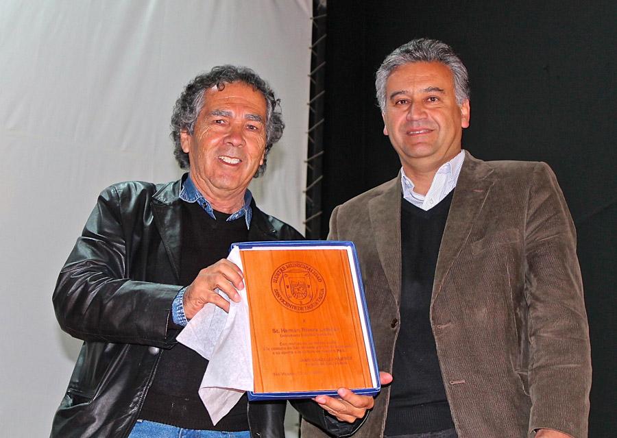 <!--:es-->Con gran éxito de audiencia el escritor Hernán Rivera Letelier dicta conferencia en Teatro Municipal de San Vicente de Tagua Tagua. <!--:-->
