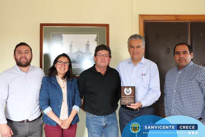 ALCALDE JAIME GONZÁLEZ RECIBE RECONOCIMIENTO POR SU APOYO EN EL ENCUENTRO DE TRADICIONES CAMPESINAS MILLAHUE 2019