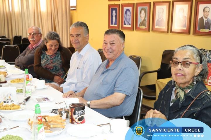 "ALCALDE JAIME GONZÁLEZ RECIBE A ADULTOS MAYORES PARTICIPANTES DEL CONCURSO LITERARIO DEL SENAMA ""CONFIESO QUE HE VIVIDO"""