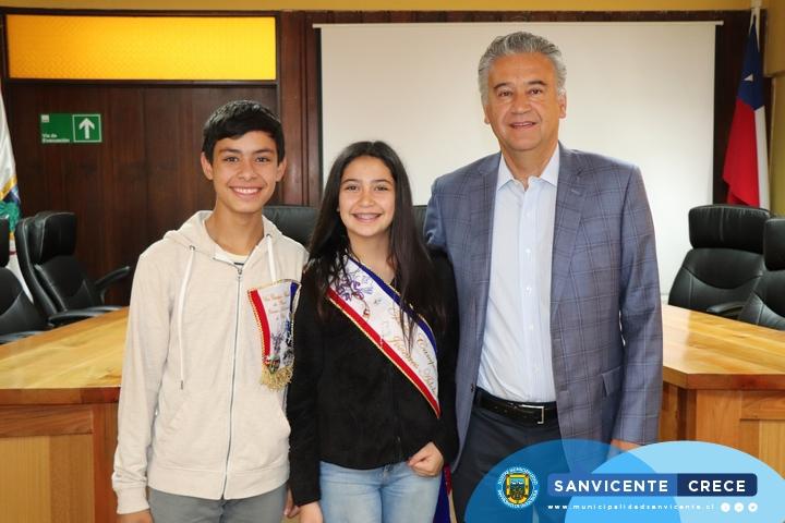 ALCALDE JAIME GONZÁLEZ RECIBE Y FELICITA A LOS VICE CAMPEONES NACIONALES DE CUECA 2019