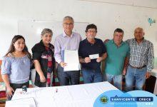 ALCALDE JAIME GONZÁLEZ ENTREGA PERSONALMENTE LOS RECURSOS PARA LA CARPETA DE LA MULTICANCHA DE MILLAHUE